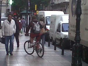 Ciclista zaragozano saltándose la ordenanza.